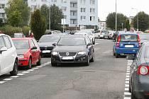Nové dopravní značení v ulici Teyschova v Brně Bystrci způsobuje protijedoucím řidičům problémy.