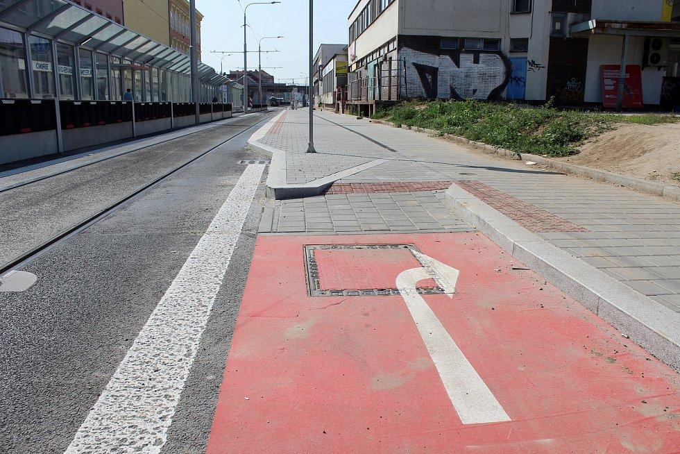 Nově opravenou Plotní a Svatopetrskou ulicí jezdí tramvaje od začátku července. Hlavně cyklisté kritizovali zúžující se nájezd na novou zastávku u Zvonařky.