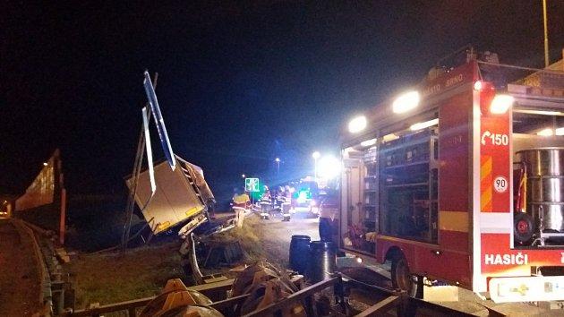 Sjezd z D1 na 190. km v Brně směr Praha uzavřela nehoda kamionu.