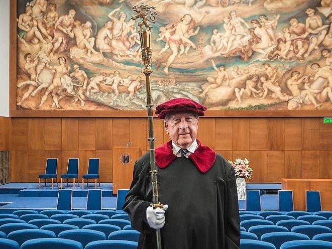 Za čtyřicet let odpromoval víc než sto tisíc absolventů, přivedl sedm rektorů a stál i vedle britské královny. Za svou výdrž ve funkci rektorského pedela získal nedávno Jaroslav Gregr z brněnské Masarykovy univerzity zápis do České knihy rekordů.