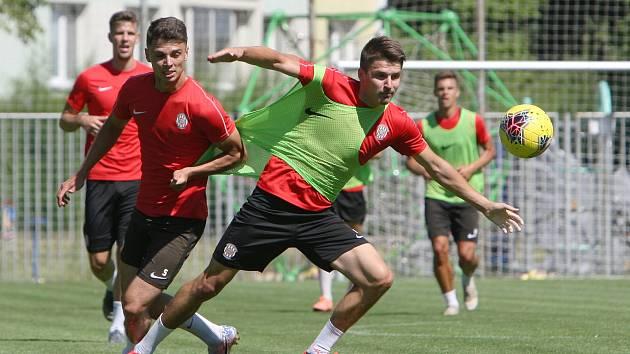 Nová posila brněnské Zbrojovky Jan Hlavica (na snímku vlevo) zahájila s týmem letní přípravu na první ligu ve čtvrtek.