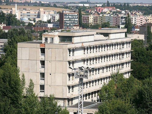 Nedostavěná budova takzvané železniční polikliniky vedle odstavného nádraží u řeky Svratky v Brně.