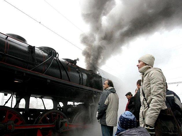 Několik set lidí využilo ve čtvrtek možnost svézt se parním vlakem, který jel z Brna přes Břeclav do Lednice.