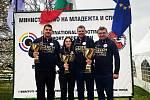 V Bulharsku vyhráli čeští střelci v disciplíně trap soutěž družstev, mezi jednotlivci obsadili Jiří Lipták (vlevo) a Zina Hrdličková třetí příčku, David Kostelecký (druhý zprava) zvítězil. V roli kouče je doprovází Petr Hrdlička (vpravo).