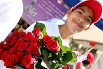 Muslimové rozdávali růže na náměstí Svobody v Brně.