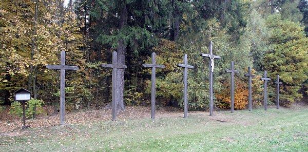 Nevěsta, ženich, svatebčané a dva vrazi. Těla těchto lidí mají podle pověsti ležet pod devíti dřevěnými kříži událnice D1 na Brněnsku.