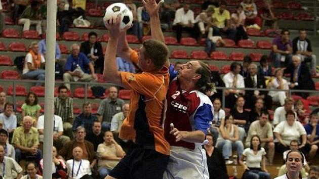 KOPAČÁKEM DO KOŠE. Korfbal hrají v Česku pouhé dvě tisícovky lidí. Přesto je domácí reprezentace jedním z kandidátů na medailové umístění.