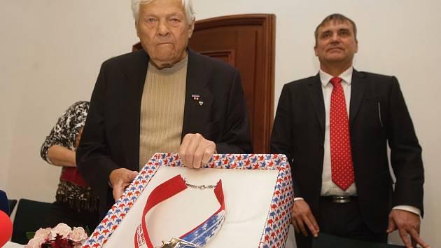 Státní vyznamenání na pražském hradě přeživší holocaustu Jiří Brady minulý týden nedostal. Ocenění si však nakonec z hradu odveze, ale z toho brněnského. Primátor Petr Vokřál mu v pondělí na Špilberku předal pamětní list.