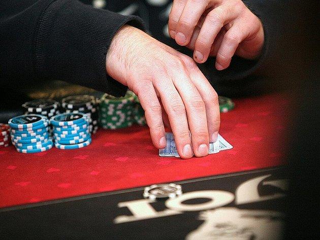 Hokejisté Komety hráli poker.