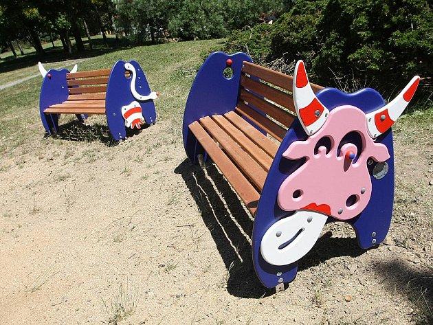 Lavičky ve tvaru kraviček na Kraví Hoře v Brně.