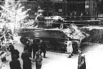 První tank Sherman projíždějící Gorkého ulicí.
