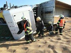 Kamion plně naložený obilím se v pátek o půl šesté odpoledne převrátil na bok na kruhovém objezdu u sjezdu z dálnice D2 u Modřic na Brněnsku. Při nehodě se nikdo nezranil.