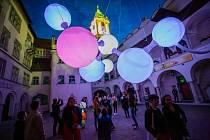Létající molekula je součástí putovní výstavy na podporu empatie a rovnosti lidí. Ušili ji v Brně.