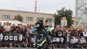 Akrobatické kousky na motorce.
