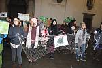 Asi padesát aktivistů protestovalo v centru Brna proti zabíjení vánočních kaprů.