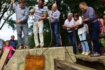 V Rajhradě začali o víkendu napouštět nový rybník.