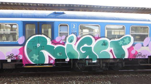 Sprejeři řádili na Brněnsku. Pomalovali vlaky, kapličku i rodinný dům.