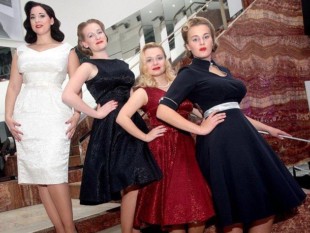Ženy obdivovaly krásu šatů, muži půvaby modelek. Každý z více než sta návštěvníků nedělní módní přehlídky s názvem Ženy v centru dění si přišel na své.
