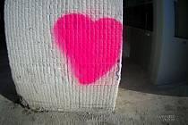 Růžovým sprejem maloval muž na sloupy u nákupního centra. Velké srdce kompletně vybarvil