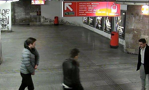 Opomoc snalezením agresivního mladého muže a jeho kumpánů prosí brněnští policisté. Neznámý měl 24.února nad ránem srazit kzemi devatenáctiletého mladíka na brněnském hlavním nádraží. Útočník pak spolu se dvěma kamarády znádraží odešel podchodem.