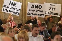 Neznásilňujte veřejný prostor, vyzvali lidé s transparenty zastupitele.