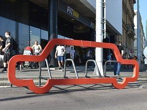 Nové stojany na kola před Letmem a na Mendlově náměstí