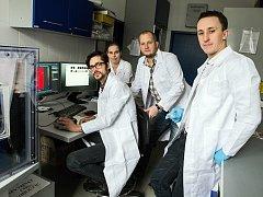 Výzkumníci z Lékařské fakulty Masarykovy univerzity v čele s Michalem Masaříkem (na snímku uprostřed) odhalili nové chování nádorových buněk. Jejich objev může v budoucnu změnit léčbu rakoviny.