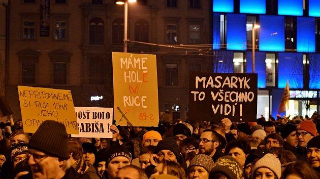 Pomáhat a mlátit. Tři tisíce lidí v Brně protestovaly proti zvolení Ondráčka