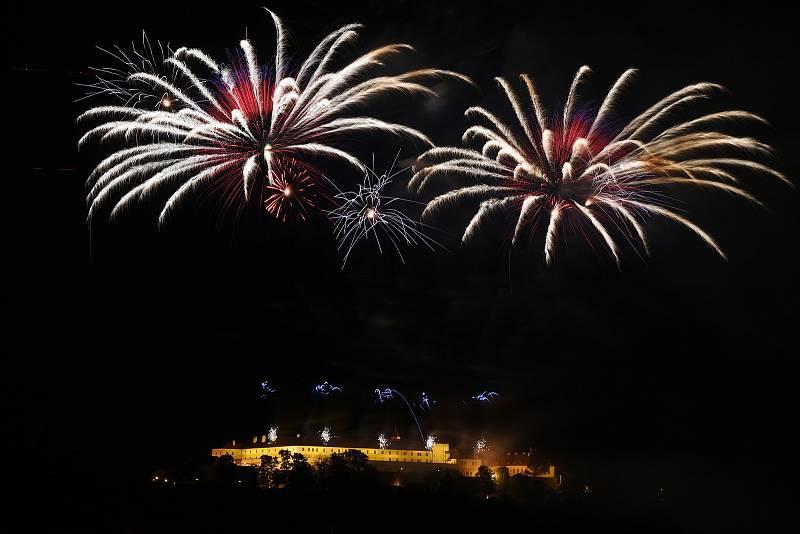 Závěrečný ohňostroj festivalu Ignis Brunensis z brněnského hradu Špilberk.
