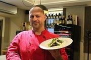 Šéfkuchař brněnské restaurace Retro Consistorium Tomáš Žáček uvařil s kolegy pětichodové menu inspirované jídlem z Titanicu.