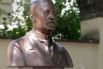 Bustu elektrotechnika Josefa Sumce odhalili před rektorátem Vysokého učení technického v brněnské Antonínské ulici.
