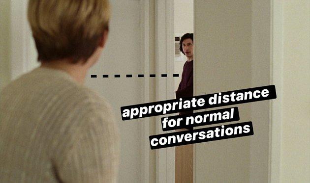 'Vhodná vzdálenost pro běžné konverzace.' Takto například doporučuje streamovací platforma Netflix bezpečnou vzdálenost jako prevenci proti nakažení. Využila ktomu jeden ze svých posledních filmů - Marriage Story.