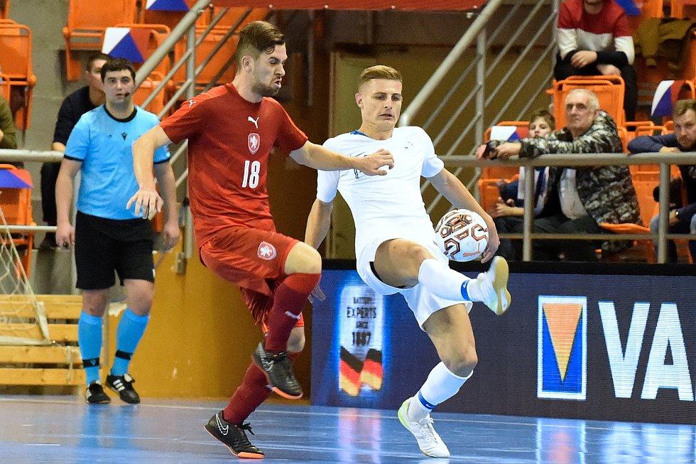 Brno 2.2.2020 - kvalifikační turnaj na futsalové MS 2020 - ČR Tomáš Vnuk (červená) Slovinsko Matej Fideršek (bílá)