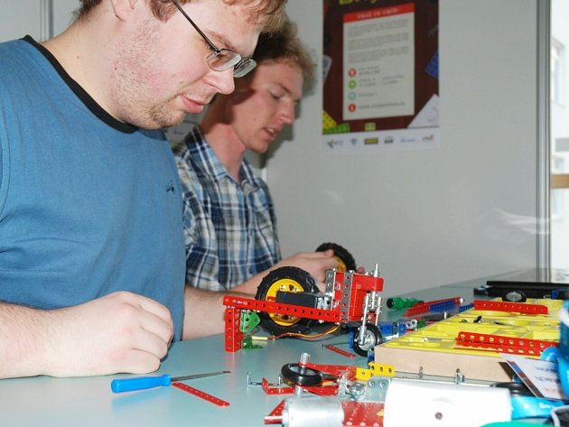 Budoucí inženýři závodili s autíčky vyrobenými ze stavebnice Merkur.