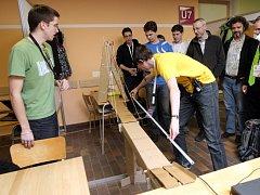 Mezi lavicemi postavit dva metry dlouhý most, po kterém přejede model auta. Potom se část mostu automaticky zvedne, aby mohl projít člověk. Takové zadání měli v pondělí studenti na soutěži EBEC Brno 2012 na Fakultě strojního inženýrství Vysokého učení tec