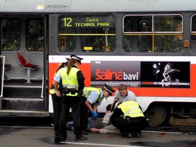 Vážná nehoda se stala v brněnské ulici Dornych. Muže, který přecházel silnici mimo přechod, tam srazila tramvaj.