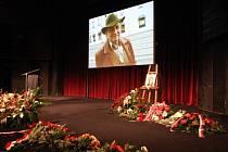 Rodina a přátelé se rozloučili s disidentem Jaroslavem Šabatou. Smutečního obřadu v Městském divadle Brno se zúčastnilo asi tři sta lidí.
