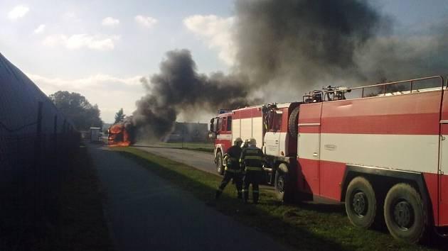 V plamenech skončila cisterna převážející živočišný tuk.