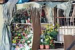 Hasiči budou během dalších dní tržnici dohašovat.