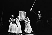 Výpravu pojala Jana Zbořilová jednoduše, zato výstižně. Na dobu středověku odkazuje meči, kopími a kyrysy.
