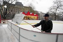 V úterý v Brně poprvé v sezoně více sněžilo. Meterologové varují před náledím.