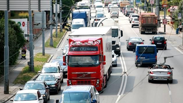 Řidiče i cestující městskou hromadnou dopravou zdržují ve středu desítky minut dlouhé kolony kvůli opravě železničního mostu ve Svatoplukově ulici.