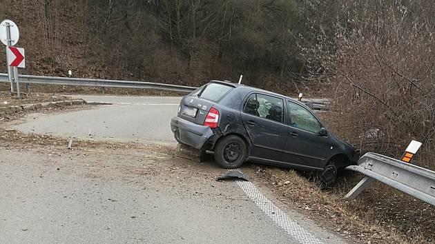 S ukradeným autem ujížděl policistům, zastavila ho až svodidla.