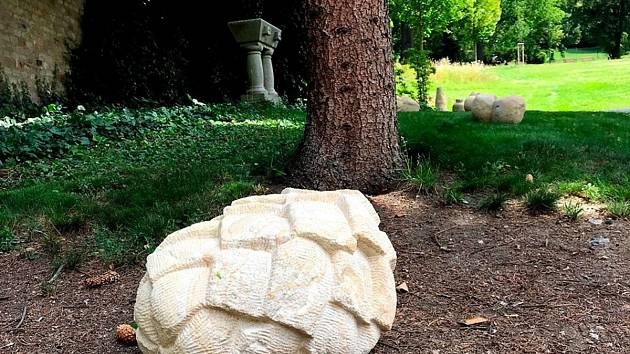 V zahradě vily Löw-Beer uvidí návštěvníci pískovcové sochy. Od dětí