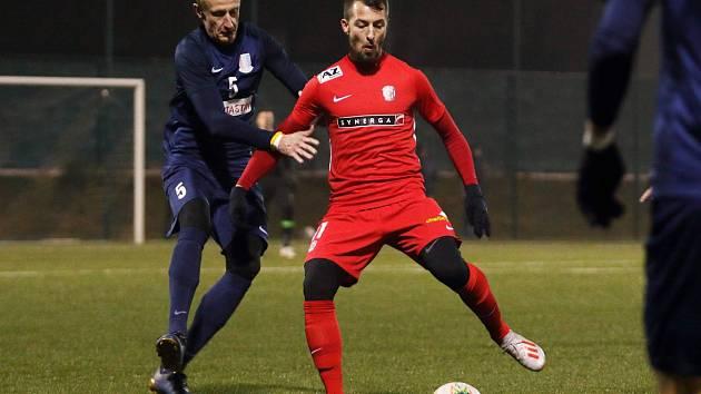 Domácí stoper Jiří Huška (vlevo) dvěma góly zařídil Blansku náskok, po přestávce však Zbrojovka nastřílela sedm branek a skóre otočila. Adam Fousek (vpravo) dal dvě.