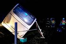 Pod autobusem se utrhla krajnice a skončil v příkopu. Jeden cestující se zranil