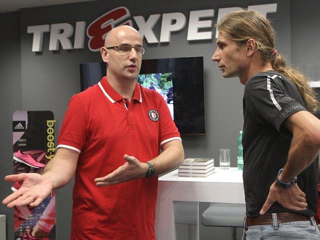 Luboš Brabec (vlevo) a Daniel Orálek při křtu knihy.