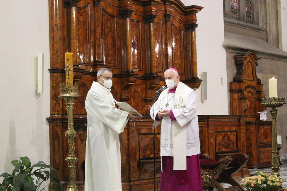 V katedrále si světlo slavnostně převzal brněnský biskup Vojtěch Cikrle.