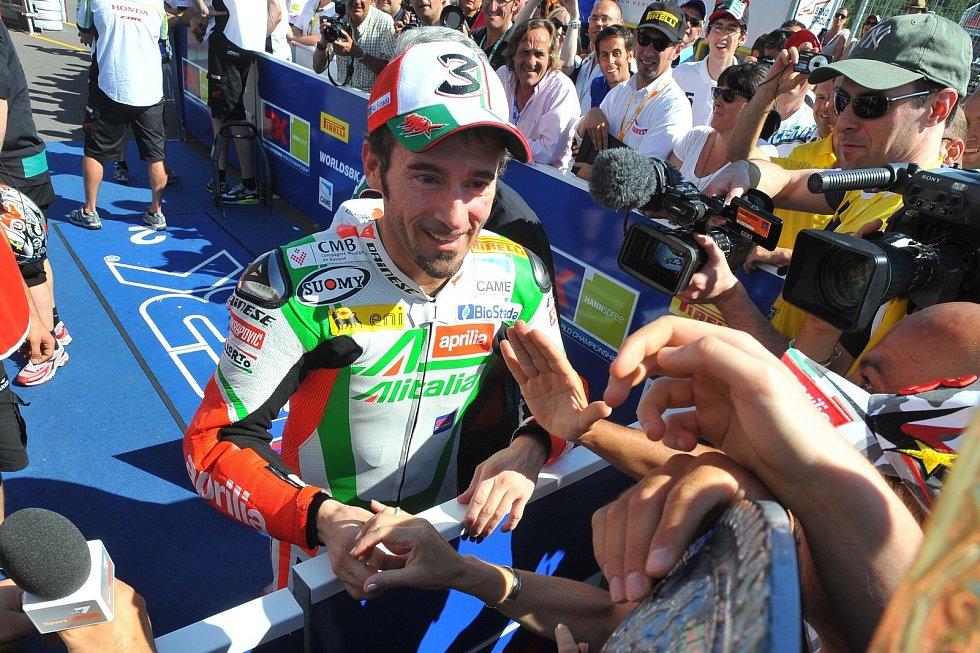 """Biaggi vyhrál v Brně ještě čtyřikrát na superbiku. S jedenácti triumfy je nejúspěšnější pilot na Masarykově okruhu. """"Brno mě miluje a já miluju Brno. Je neuvěřitelné, kolik mám vzpomínek,"""" řekl."""