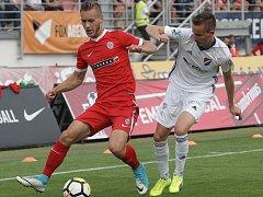 Fotbalista Miloš Kratochvíl (v červeném).
